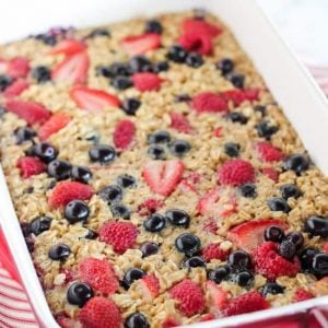 Mixed Berry Vanilla Baled Oatmeal - This easy baked oatmeal is filled with oats, maple syrup, fresh berries and fragrant vanilla. It's the perfect make-ahead breakfast for busy mornings. Bake it in advance and reheat portions as needed.